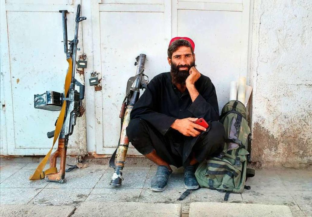 Ein Taliban-Kämpfer sitzt am Mittwoch im afghanischen Farah neben seinen Waffen.    Foto: Mohammad Asif Khan (dpa)