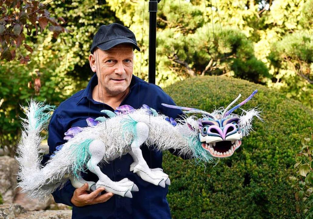 Puppenspieler Gregor Schwank mit seinem asiatischen Drachen    Foto: Thomas Kunz