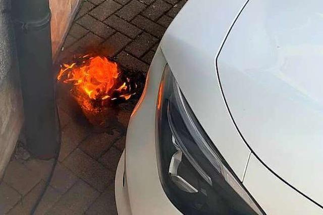 Kabel eines E-Autos gerät beim Laden in Brand