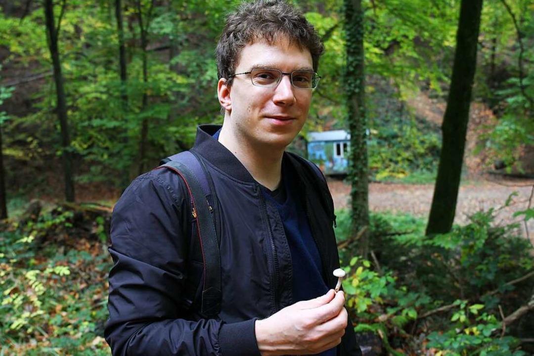 Klein, aber oho: Dennis Regul mit einem tödlichen Risspilz in der Hand.  | Foto: David Pister