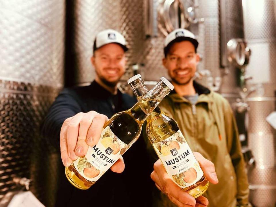 Norman (links) und Markus Weishaar mit...Zehn in der Kategorie Sparkling Cider.    Foto: Corinne Weishaar