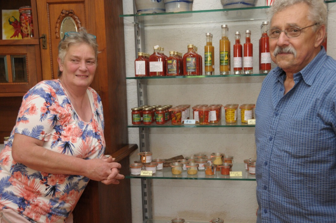 Heidi Frick und Klaus Dünow im adrett gestalteten Verkaufsraum.    Foto: Regine Ounas-Kräusel