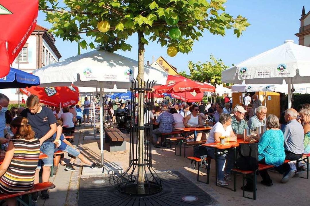 Sich treffen, essen, trinken  wie auf ...; der Versuch kam in Ringsheim gut an.  | Foto: Adelbert Mutz