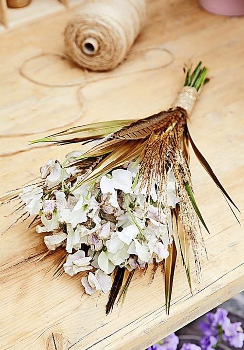 Den Brautstrauß kann man aufpeppen mit Federn oder Trockenblumen.     Foto: Braut & Bräutigam Magazin