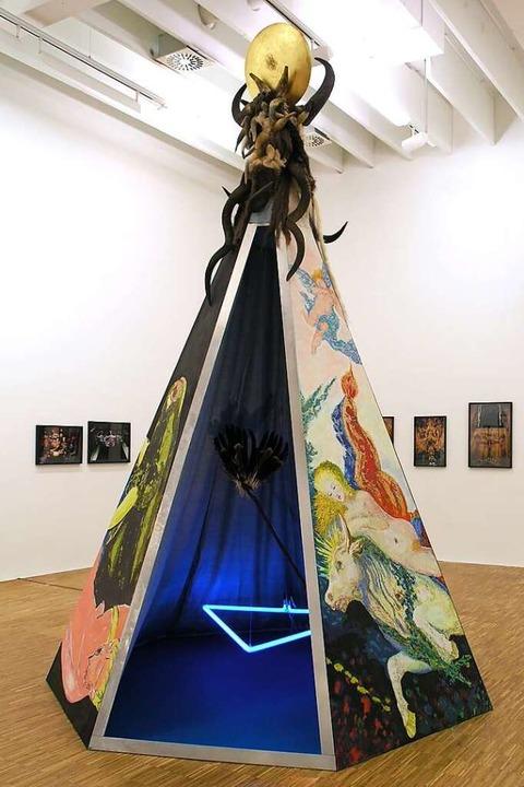 Das Tipi mit mythischen und kritischen... anmutenden, begehbaren  Installation.    Foto: A. Phelps