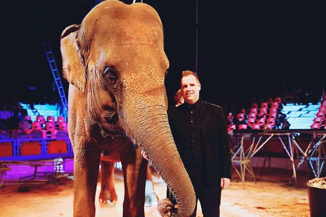 Pressesprecher Michael Wagner vom Mosk...cus mit einem Elefanten in der Manege.  | Foto: Moskauer Circus