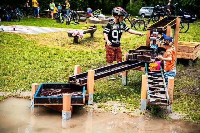 Im Holzhauser Wald gibt es jetzt eine Wasserbahn – dank des Ferienprogramms