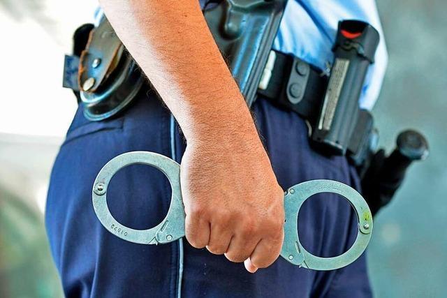 Betrunkener ignoriert Platzverweis – und beißt Polizist in die Wade