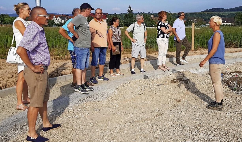 Die Gemeinderäte machten unter anderem Halt im Gewerbegebiet.    Foto: Gemeinde Ringsheim