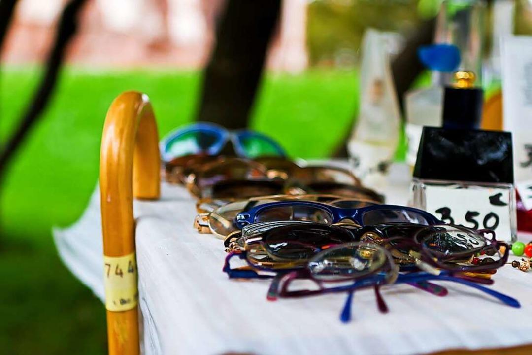 Stühlinger Flohmarkt: Sonnenbrille oder Spazierstock?    Foto: Carlotta Huber