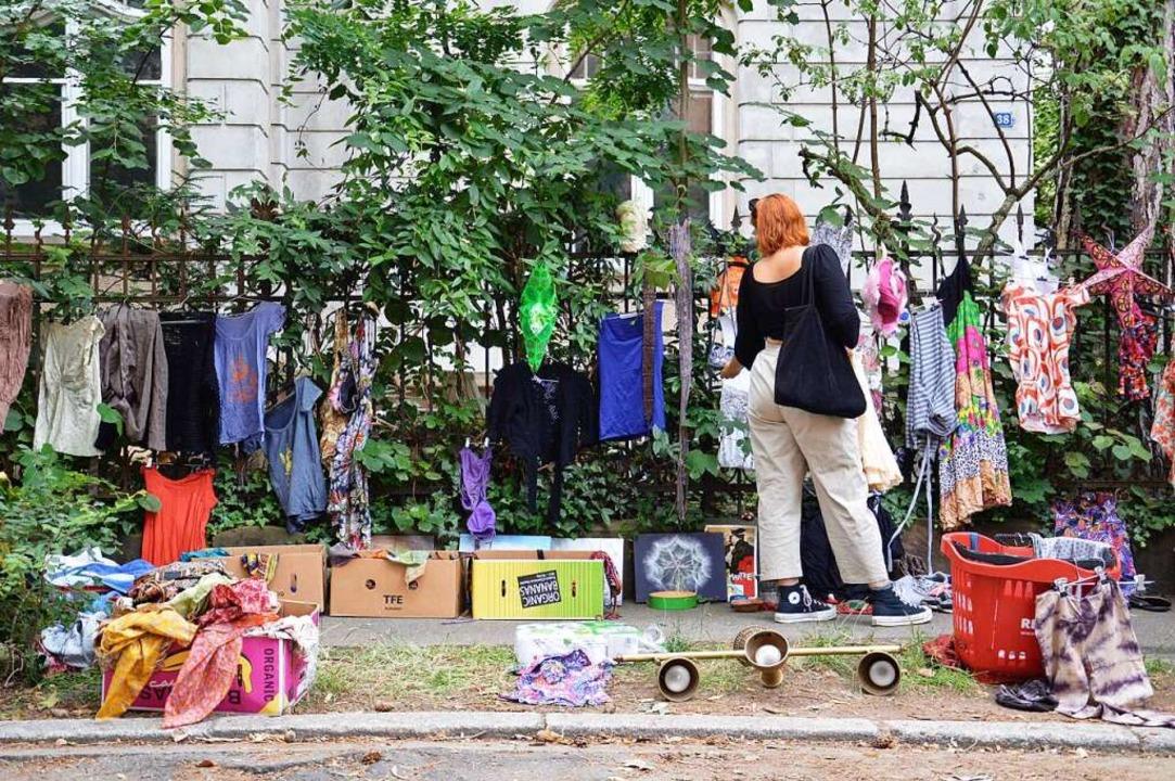 Kleidung am Gartenzaun beim Nachbarschaftsflohmarkt    Foto: Sofie Hovmand