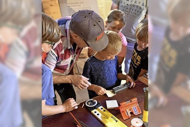 Wenn ein Handwerker die Gabe mit Kindern teilt