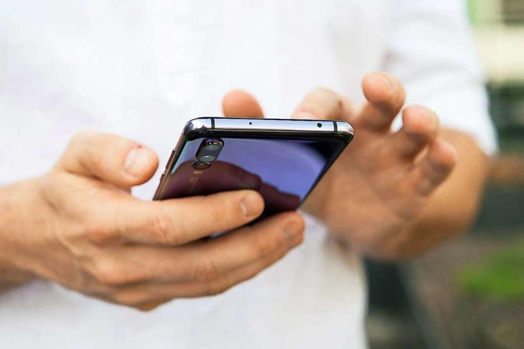 Die Warnung per  SMS soll Sirenen, Apps und den Rundfunk ergänzen.  | Foto: Robert Günther (dpa)