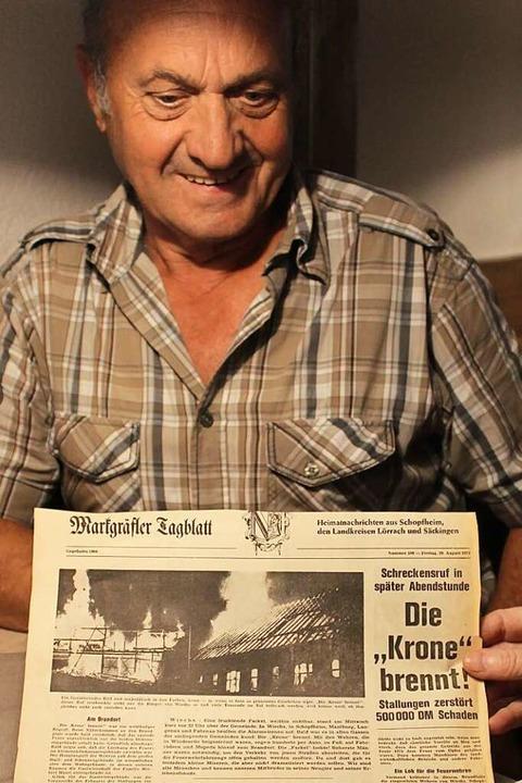 Krone-Senior Reinhard Hauri mit einer  Zeitung von damals    Foto: Ralph Lacher