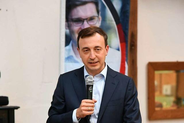 CDU-Generalsekretär Paul Ziemiak kommt in Köndringen vom Stau in die Hof-Scheune