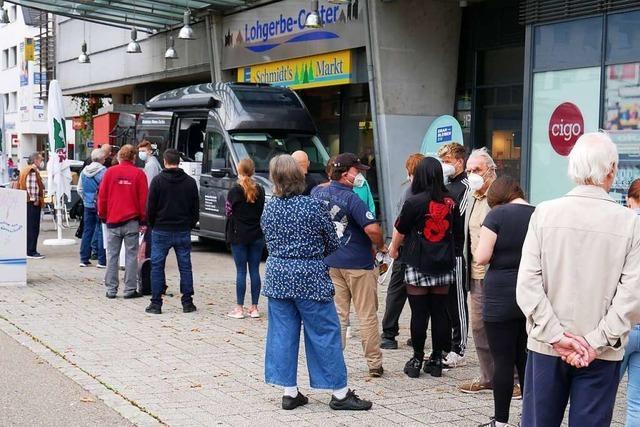 Lange Schlange vor dem Impfbus in Bad Säckingen