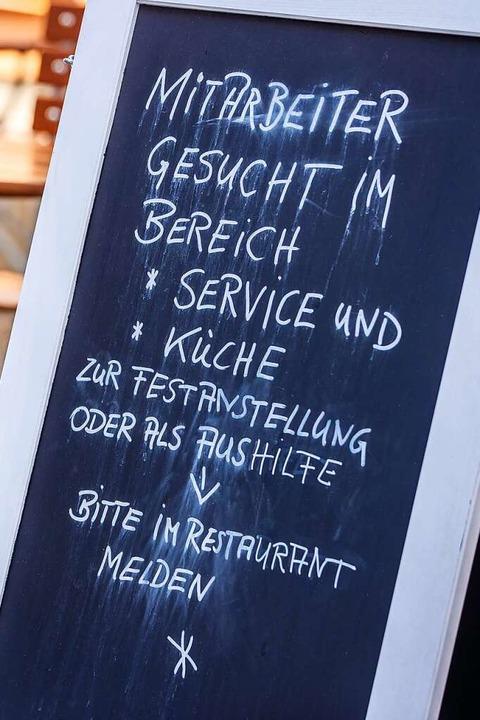 Händeringend gesucht: Mitarbeiter in H... durch die Pandemie weiter verschärft.  | Foto: Jens Büttner (dpa)