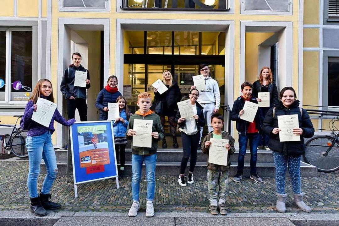 Gruppenfoto bei der Verleihung des Fre...n der Stadtbibliothek am Münsterplatz.    Foto: Thomas Kunz