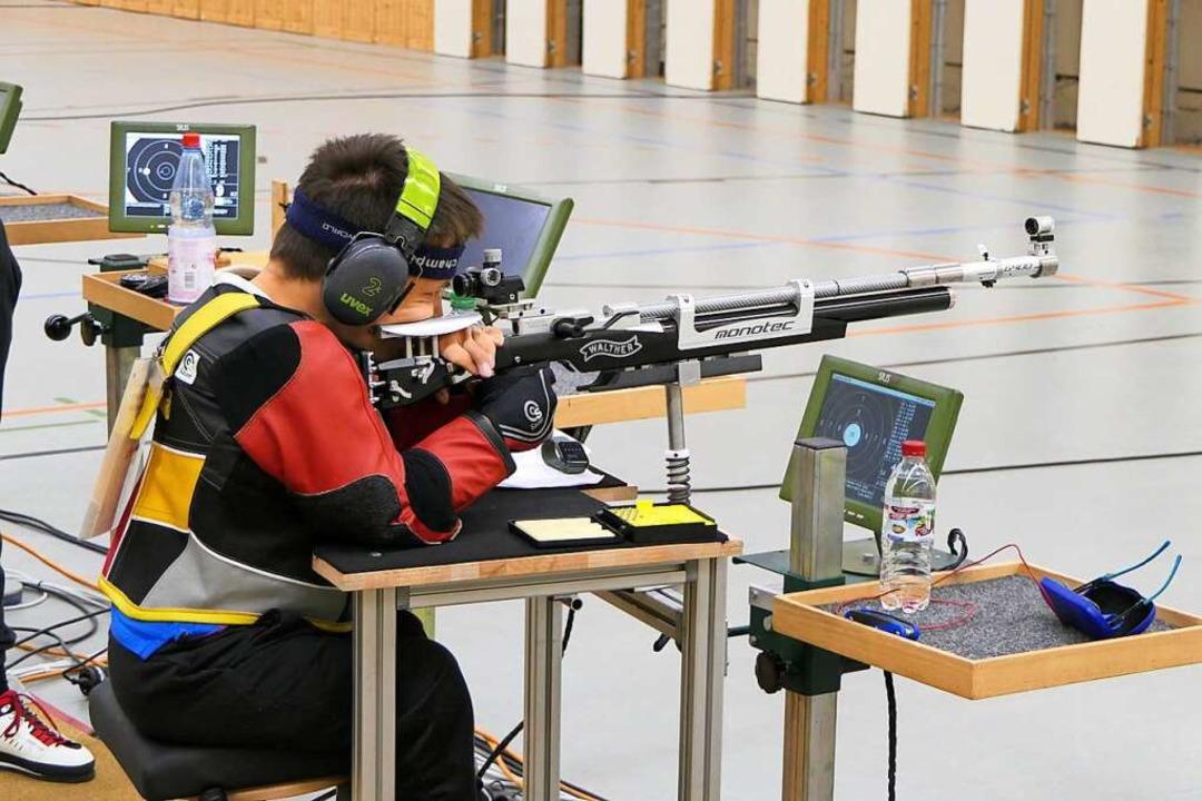 Moritz Möbius schießt im Sitzen, sein ...anz so, als würde er es selbst halten.  | Foto: privat (DBS)