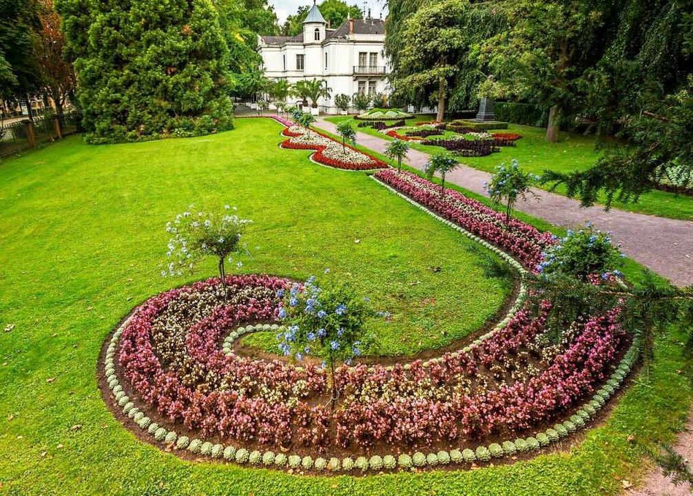 Ein Park mit Villa in besonderer Atmosphäre: Blumenbeete im Stadtpark Lahr    Foto: Stadt Lahr