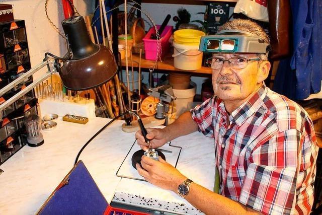 Egon Berne aus Allmannsweier repariert Uhren aller Art