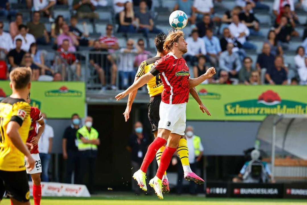 Einen eigenen Treffer konnte Lucas Höl...as 2:0 von Roland Sallai per Kopf vor.    Foto: Philipp von Ditfurth (dpa)