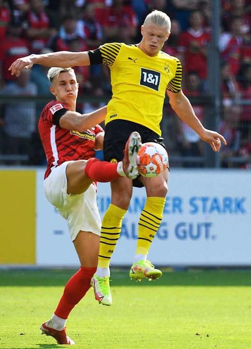 Gegen Erling Haaland zeigte SC-Innenve...lotterbeck eine vorbildliche Leistung.    Foto: THOMAS KIENZLE (AFP)