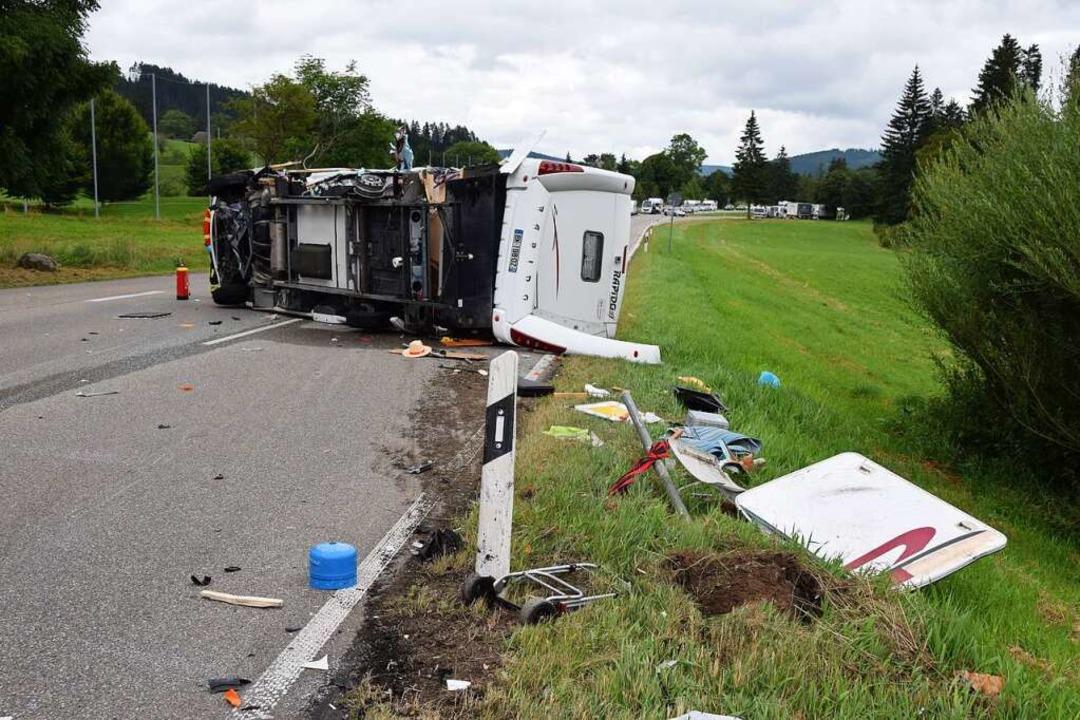 Nach einem Unfall mit drei beteiligten... Zwei Personen wurden schwer verletzt.  | Foto: kamera24