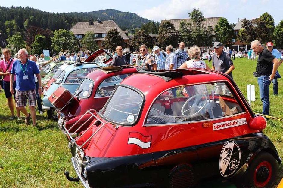 Auch unter Isetta-Fahrern gibt es SC-Feiburg-Fans. (Foto: Dieter Maurer)