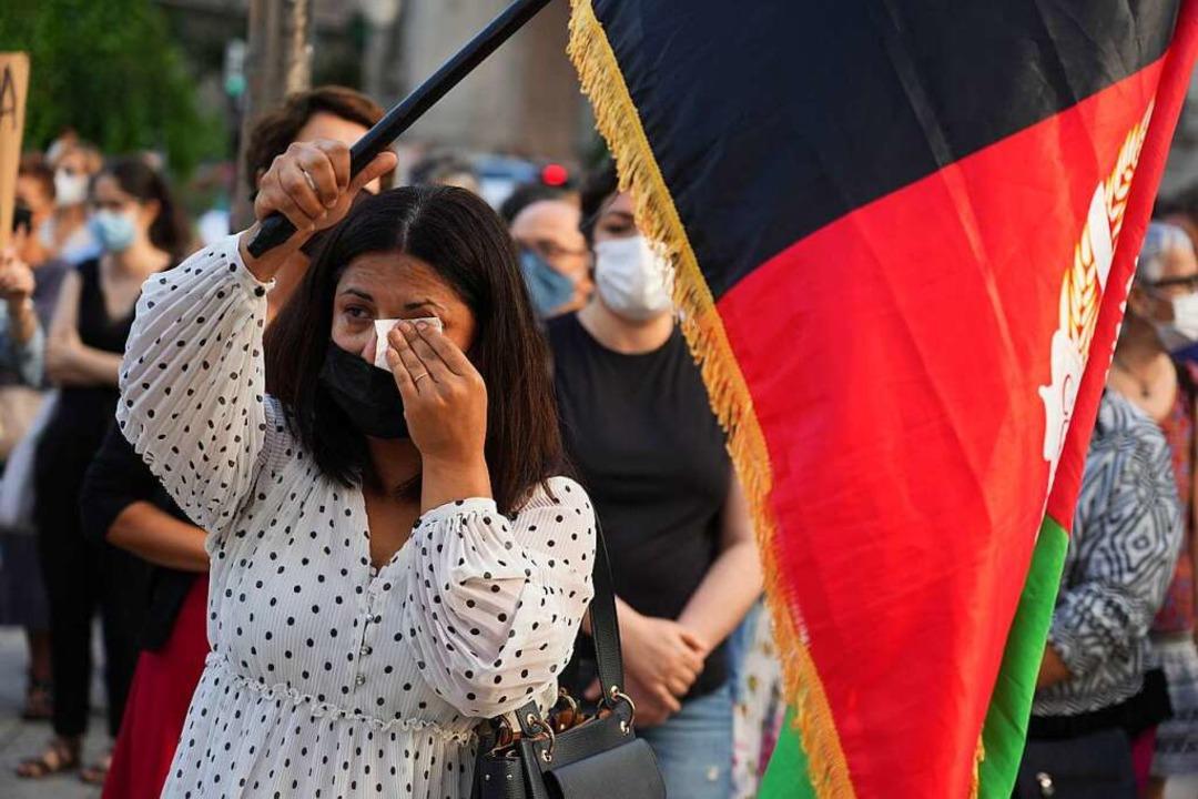Eine Frau in Bilbao (Spanien) schwenkt...n nach der Machtübernahme der Taliban.  | Foto: H.Bilbao (dpa)