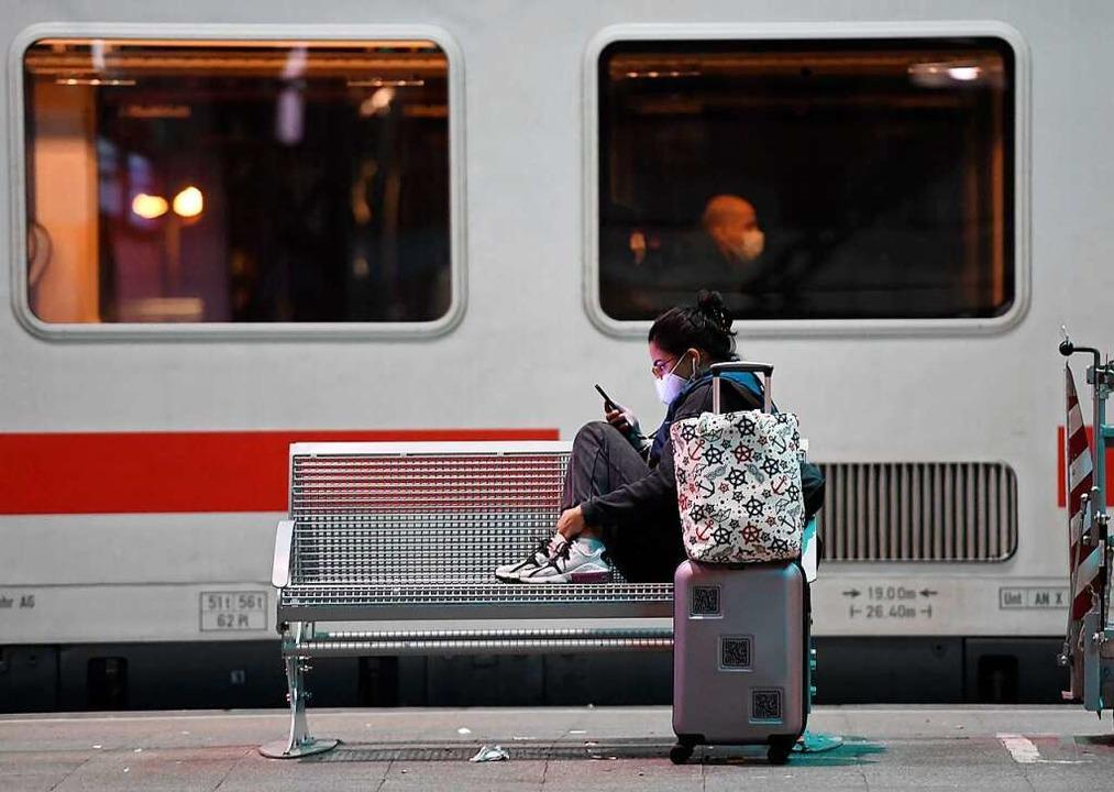 Reisende brauchen Geduld – ganz ...och nicht, sich auf den Weg zu machen.    Foto: Roberto Pfeil (dpa)