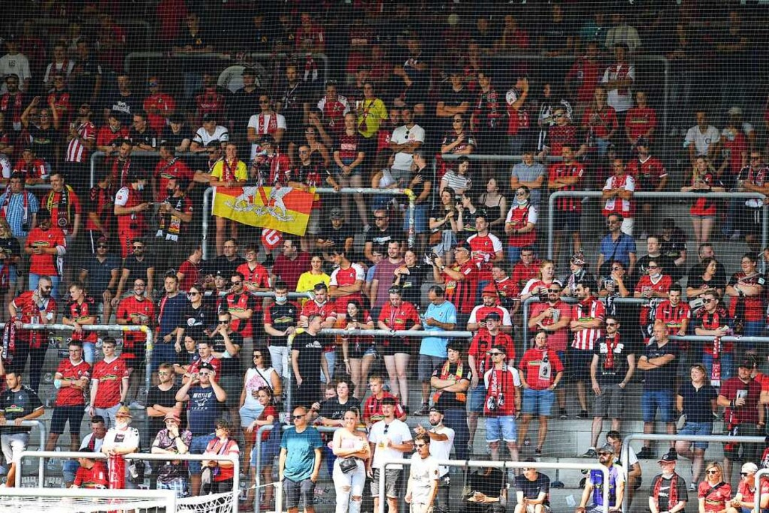 Das Drittligateam  des SC Freiburg dar...mmt indes von  einem SC-Erstligaspiel.  | Foto: Achim Keller