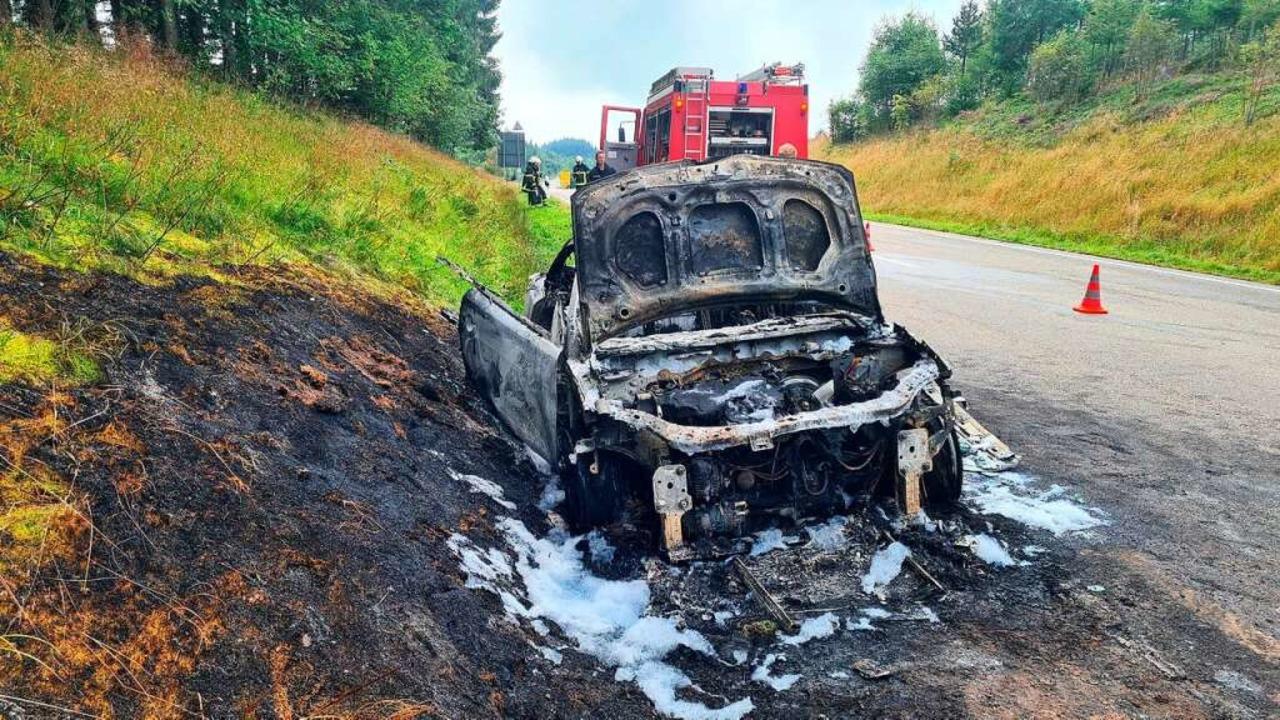 Nur noch ein Gerippe ist übrig von dem  ausgebrannten Auto.     Foto: Kamera24