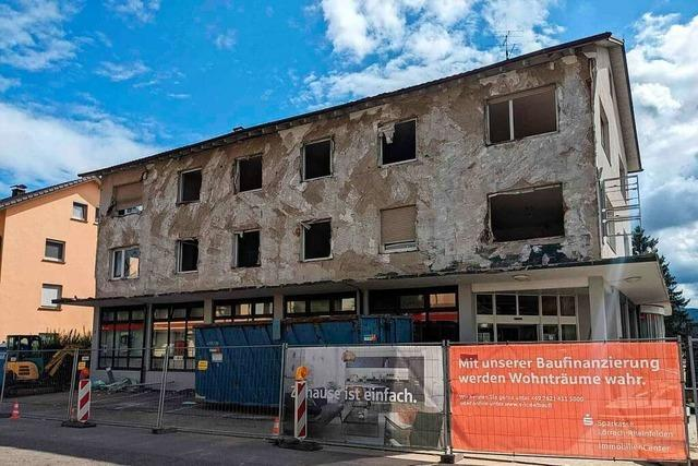 Der Abriss der Sparkasse in Wyhlen hat begonnen