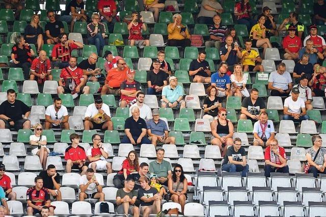 In vielen Fußballstadien sind weniger Fans als erlaubt - warum?