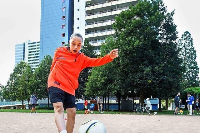 Das Kick-Mobil am Bolzplatz: Dribbeln und Kicken für alle