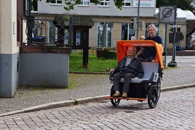 Alte Menschen in Gundelfingen können sich mit einer Rikscha durch den Ort fahren lassen