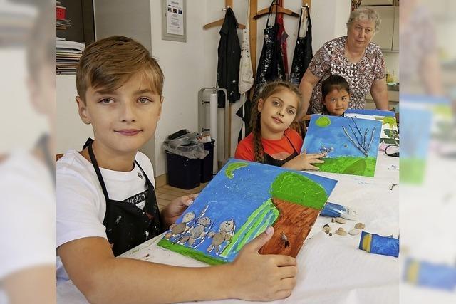 Kinder kreieren Stein-Bilder