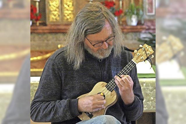 Ein Musiker mit drei Instrumenten