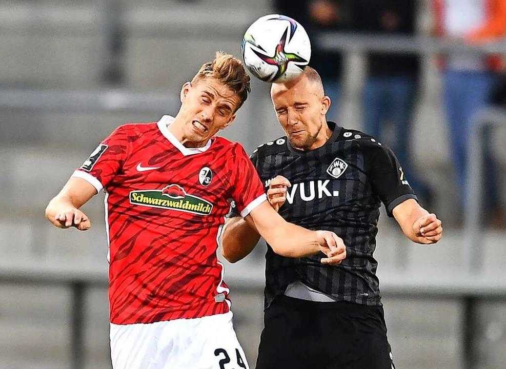 Nach einer Verletzungspause erst einma...schaft am Ball: Nils Petersen (links).  | Foto: Achim Keller