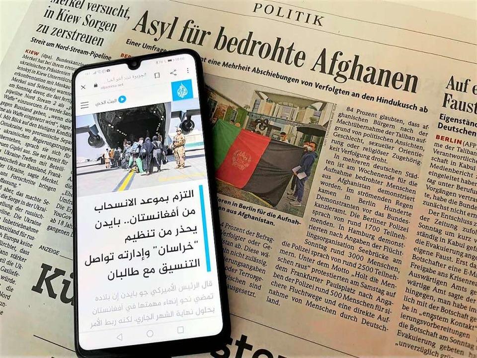 Das Smartphone ist die einzige Verbindung zur Familie in Afghanistan.    Foto: Barbara Ruda
