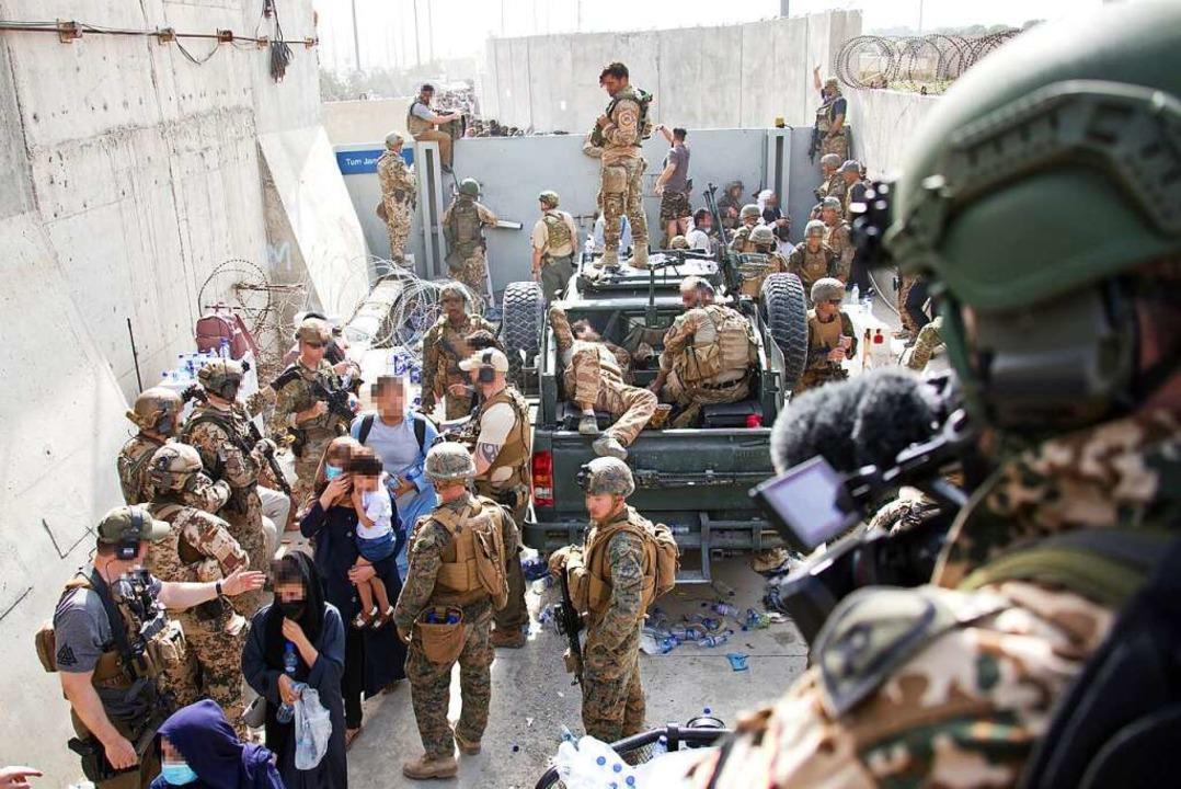 Soldaten sind am Flughafen Kabul im Einsatz.    Foto: Stfw Schueller (dpa)