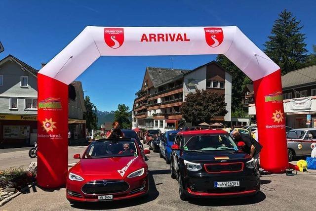 Elektroautos fahren bei einer E-Rallye durch die beiden Rheinfelden