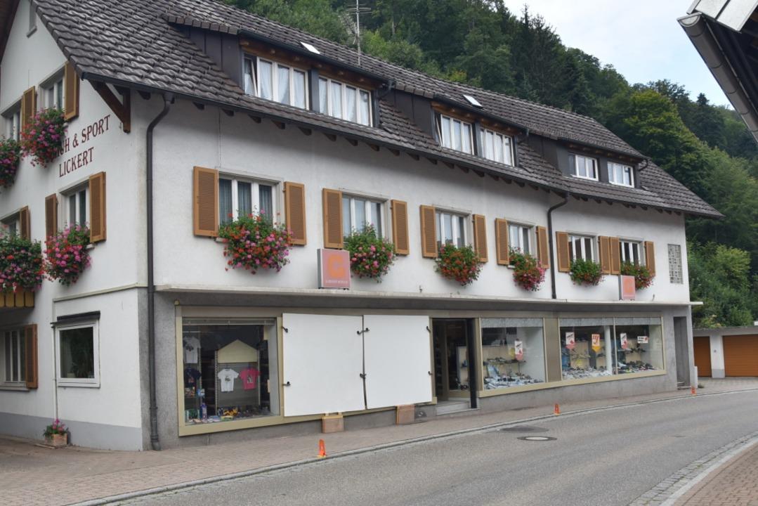 Holzplatten decken die offene Fensterfront des Schuhladens in Glottertal ab.  | Foto: Clara Müller