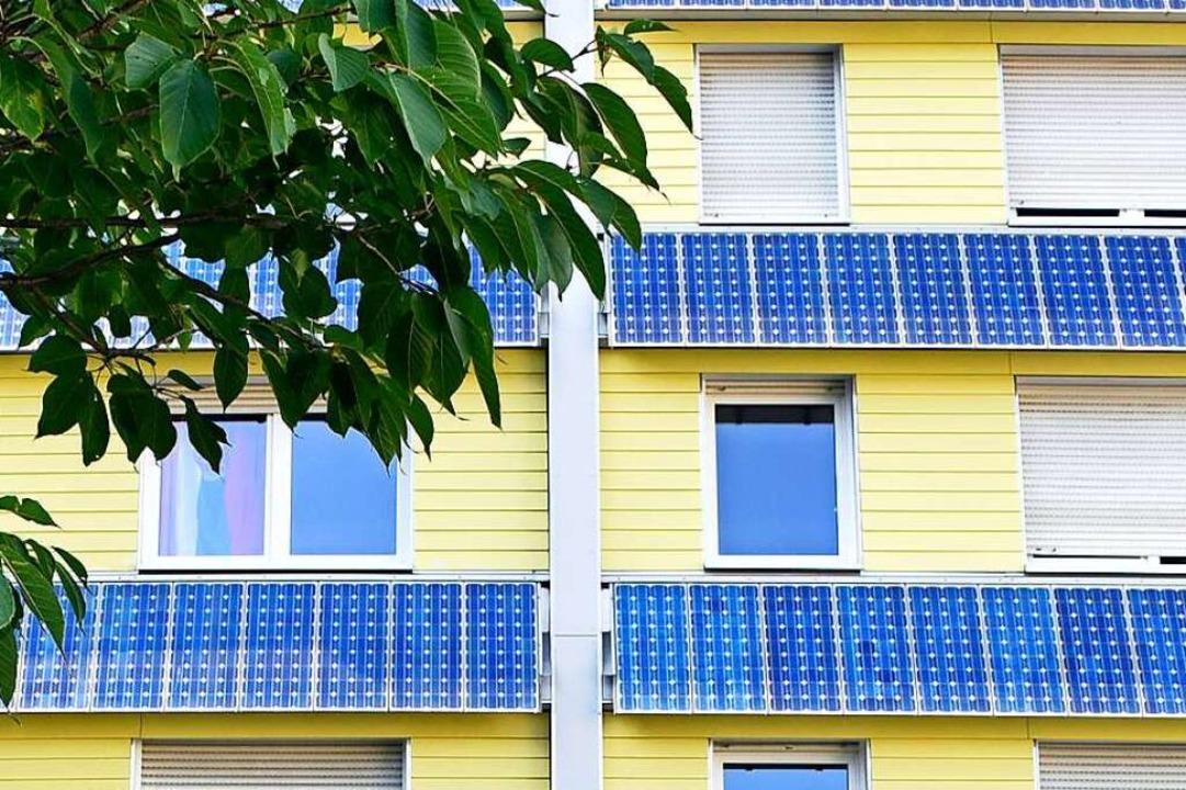 Das Wohnheim an der Kartäuserstraße fä...seine Solarpaneele an der Fassade auf.  | Foto: Thomas Kunz
