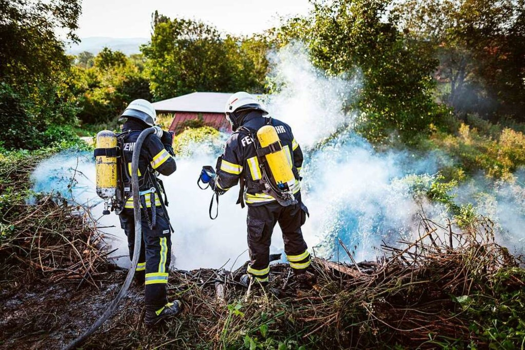 Eine Böschung hat in Mengen Feuer gefangen.    Foto: Andreas Berger