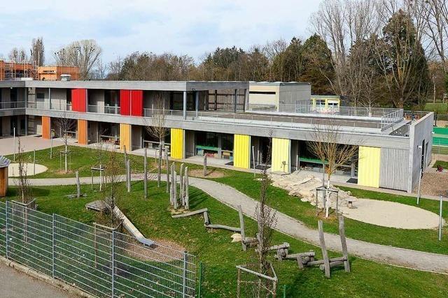 Bildungshaus in Freiburg-Weingarten wurde mit roter Farbe besprüht
