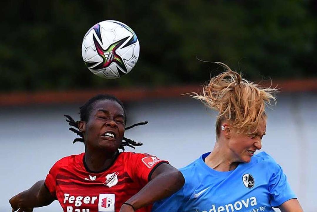 Kopfballduell im Vorbereitungsspiel SC...spiel siegten die Breisgauerinnen 4:1.    Foto: Wolfgang Künstle