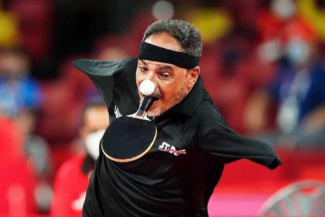 Ein Tischtennisspieler aus Ägypten begeistert mit dem Schläger im Mund und dem Ball in den Zehen