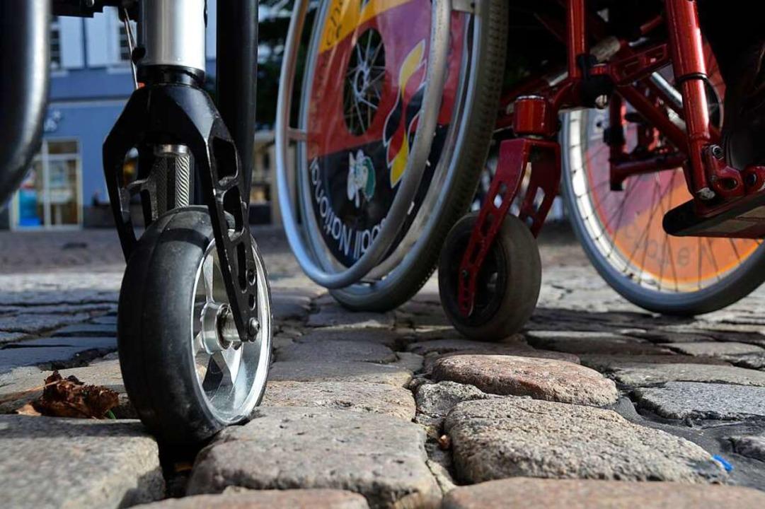 Mit dem Rollstuhl über Pflastersteine ...ut, wenn da Passanten zu Hilfe kommen.  | Foto: Helmut Seller